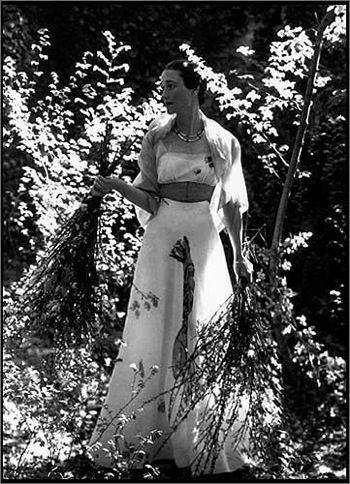 Cecil Beaton, Wallis Simpson al castello di Candé con l'abito di Schiaparelli e Dalì, pubblicata su Vogue nel 1938. Image Credit: The Red List.