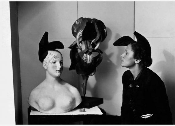 André Caillet, foto di Gala con the Shoe Hat di Elsa Schiaparelli ispirato ad una foto di Dalì, 1938. Image Credit: The Red List.